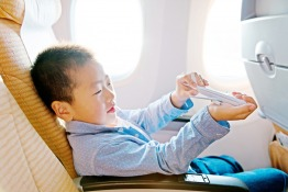 18 Ways to Entertain a Child on an Airplane